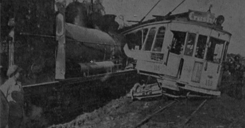 Choque violento: una locomotora embistió a un tranvía