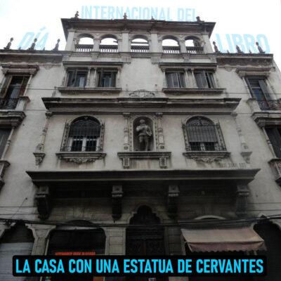 La casa con una estatua de Cervantes en su fachada